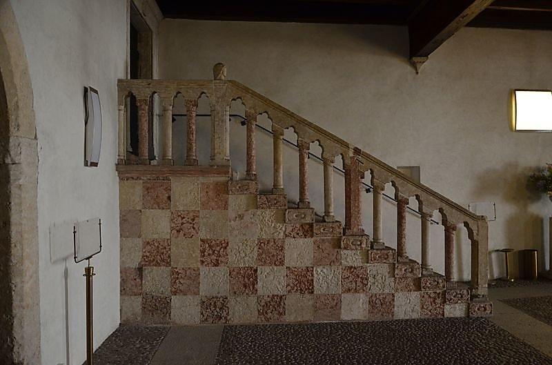 palais-escalier-de-service.JPG